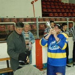 Любен Дилов от отбора на Зимния целува купата за първо място в